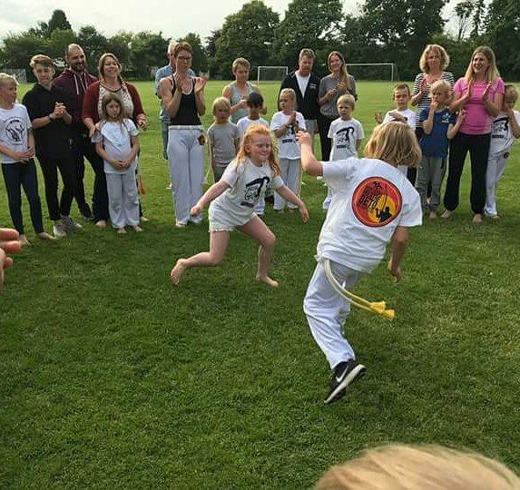 Silke får idrætshjælp til at dyrke capoeira.